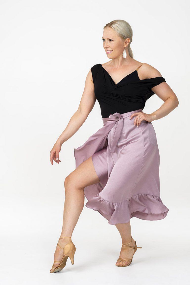 Tanssinopettaja Saara Tuikkala antaa kilpatanssin opetusta.