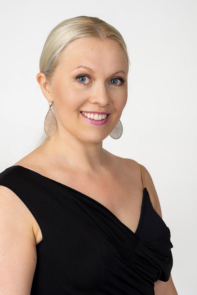Tanssinopettaja Saara Tuikkala antaa opetusta muun muassa kilpatanssissa, argentiinalaisessa tangossa ja lavatanssissa sekä tanssin yksityisopetusta.